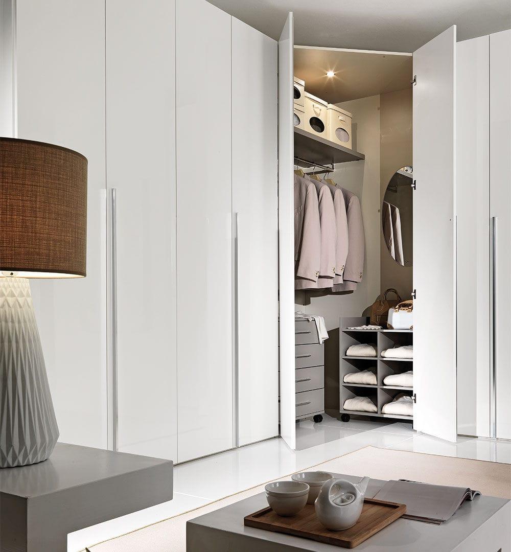 Угловой шкаф в интерьере спальни модерн