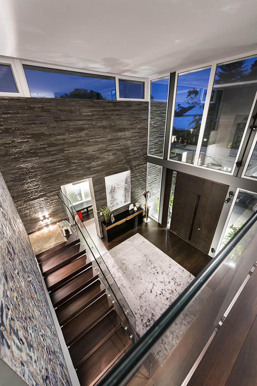 Прихожая в частном доме в стиле модерн