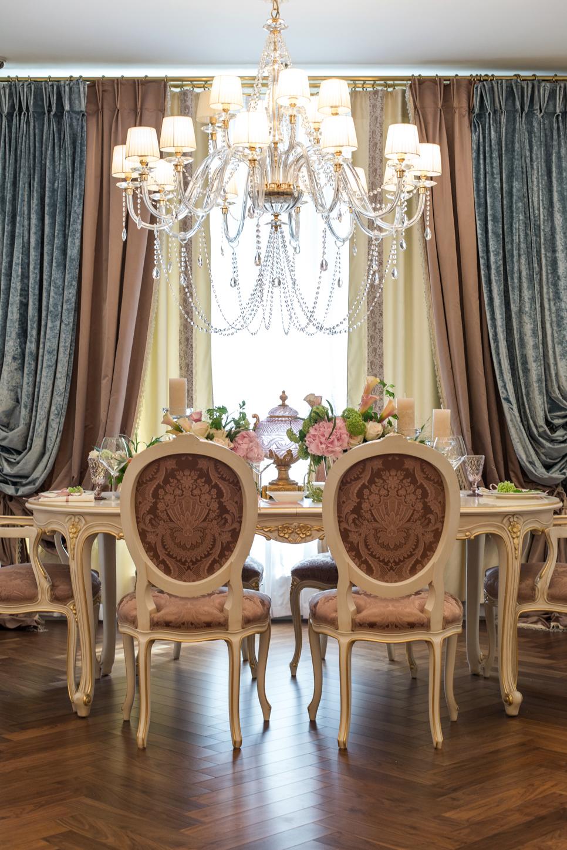Многослойные ниспадающие шторы в классической столовой