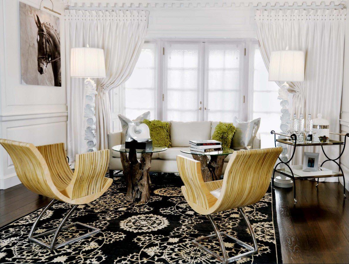 Белые шторы в светлой гостиной