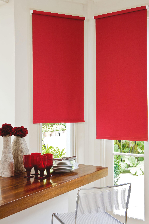 Красные рулонные шторы на кухне