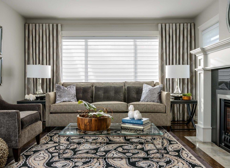 Серые плотные шторы с принтом в гостиной