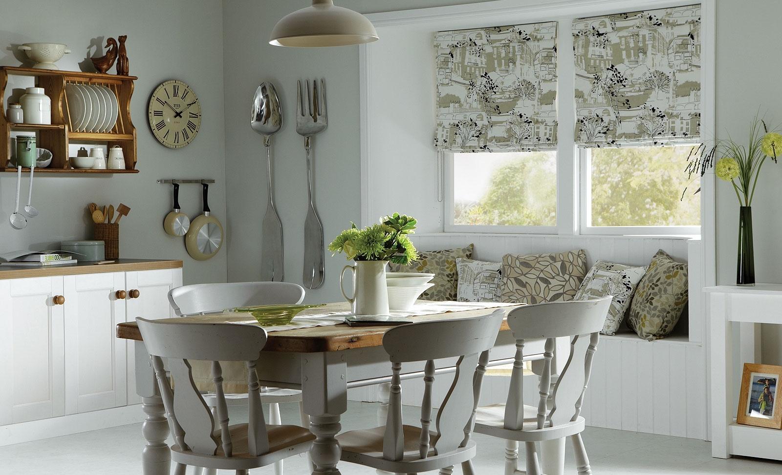 Римские шторы на кухне-столовой