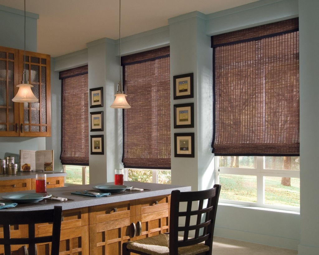 Коричневые римские шторы из натурального материала на кухне