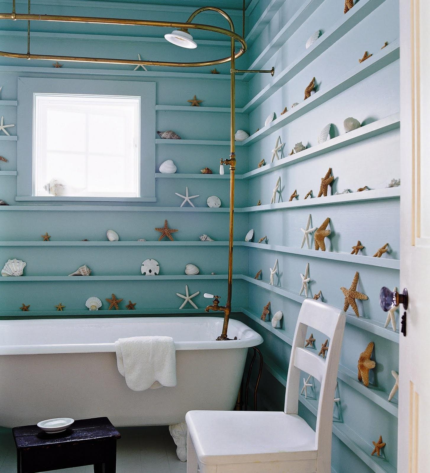 Ванная в морском стиле с красивыми ракушками