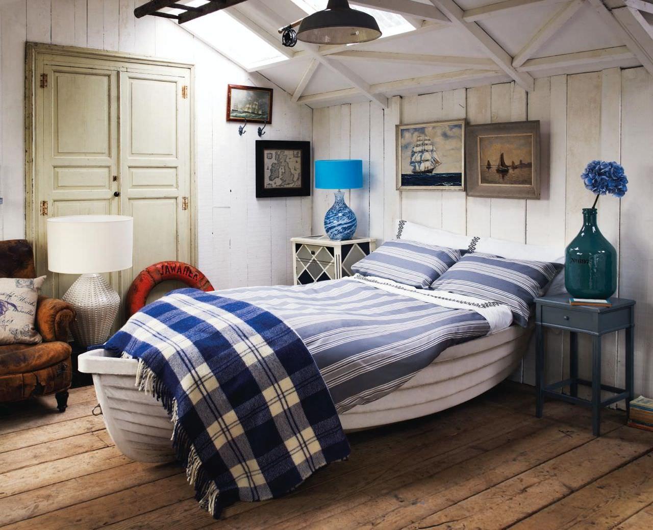 Мансардная спальня в морском стиле и кроватью в форме лодки