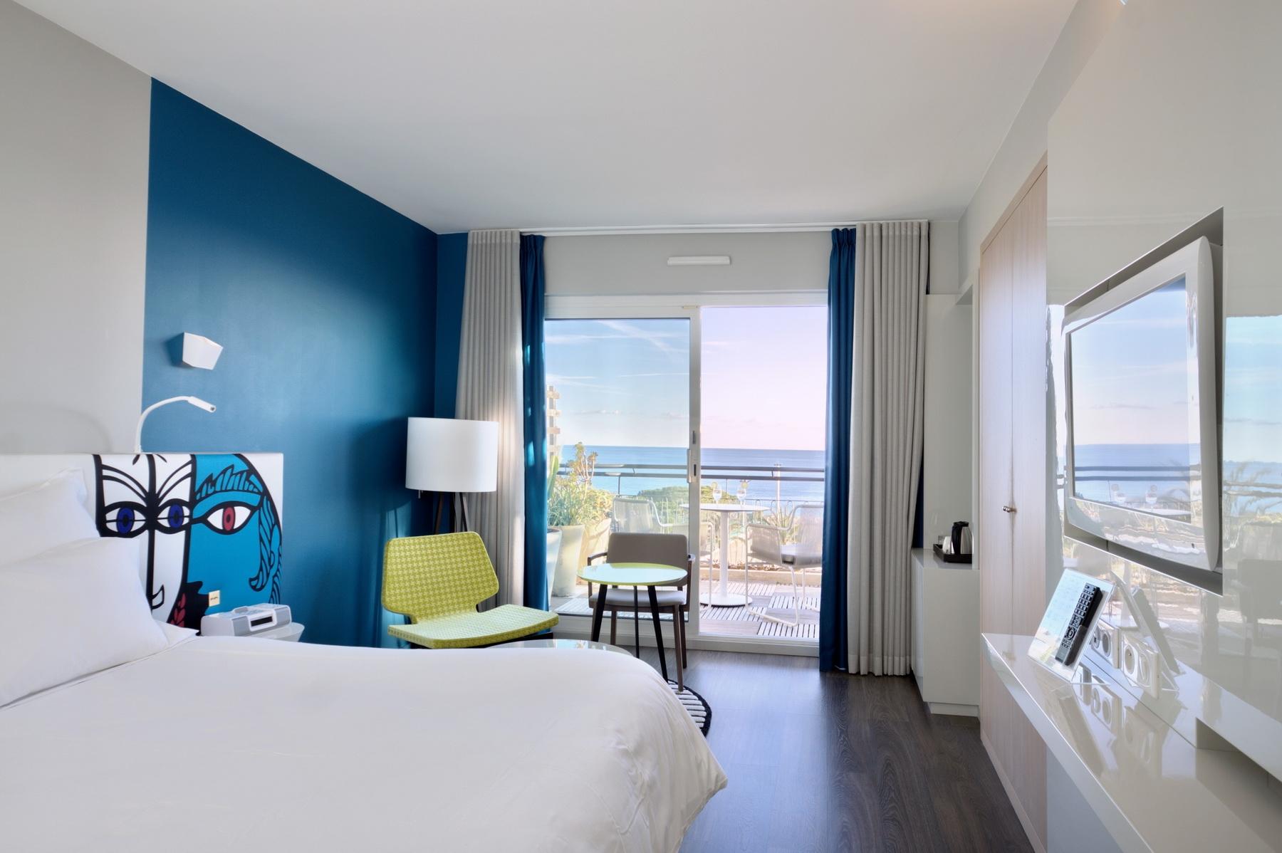 Бело-синяя спальня в морском стиле