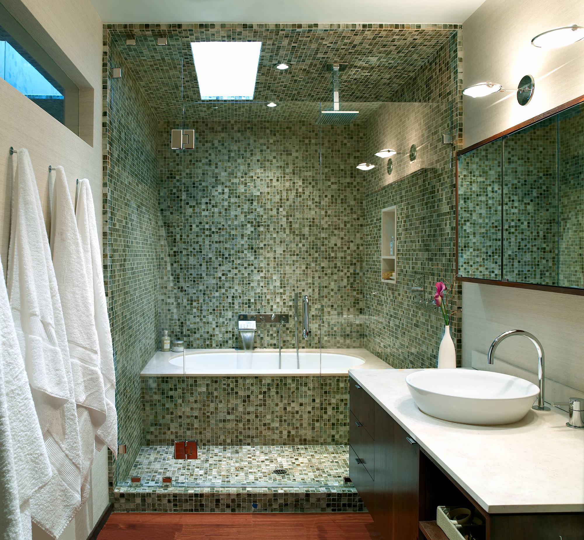 Красивая изумрудная плитка в душе в ванной комнате