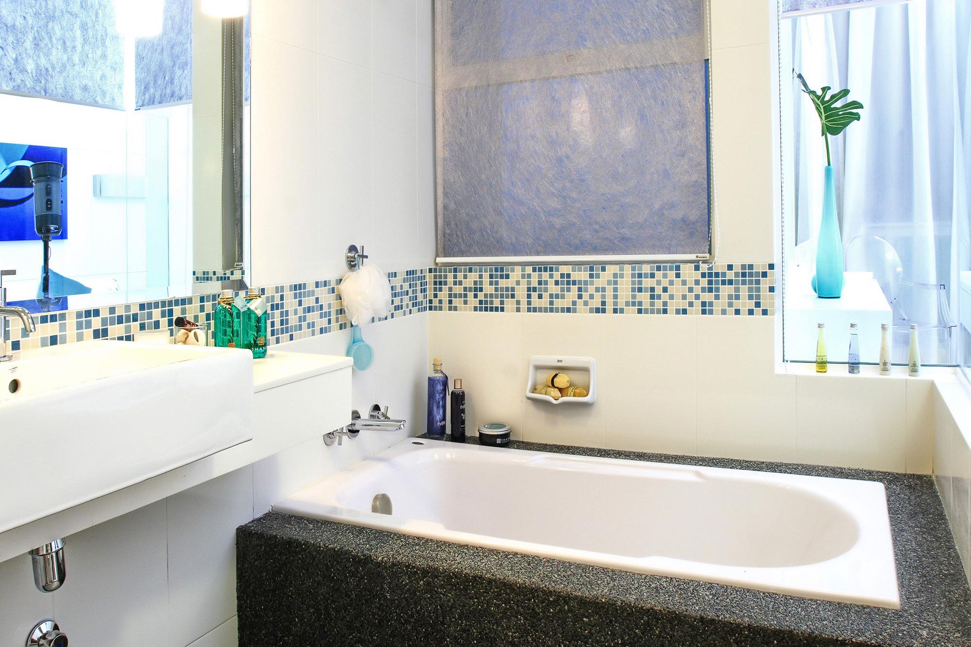 Горизонтальная полоса из мозаики в ванной комнате
