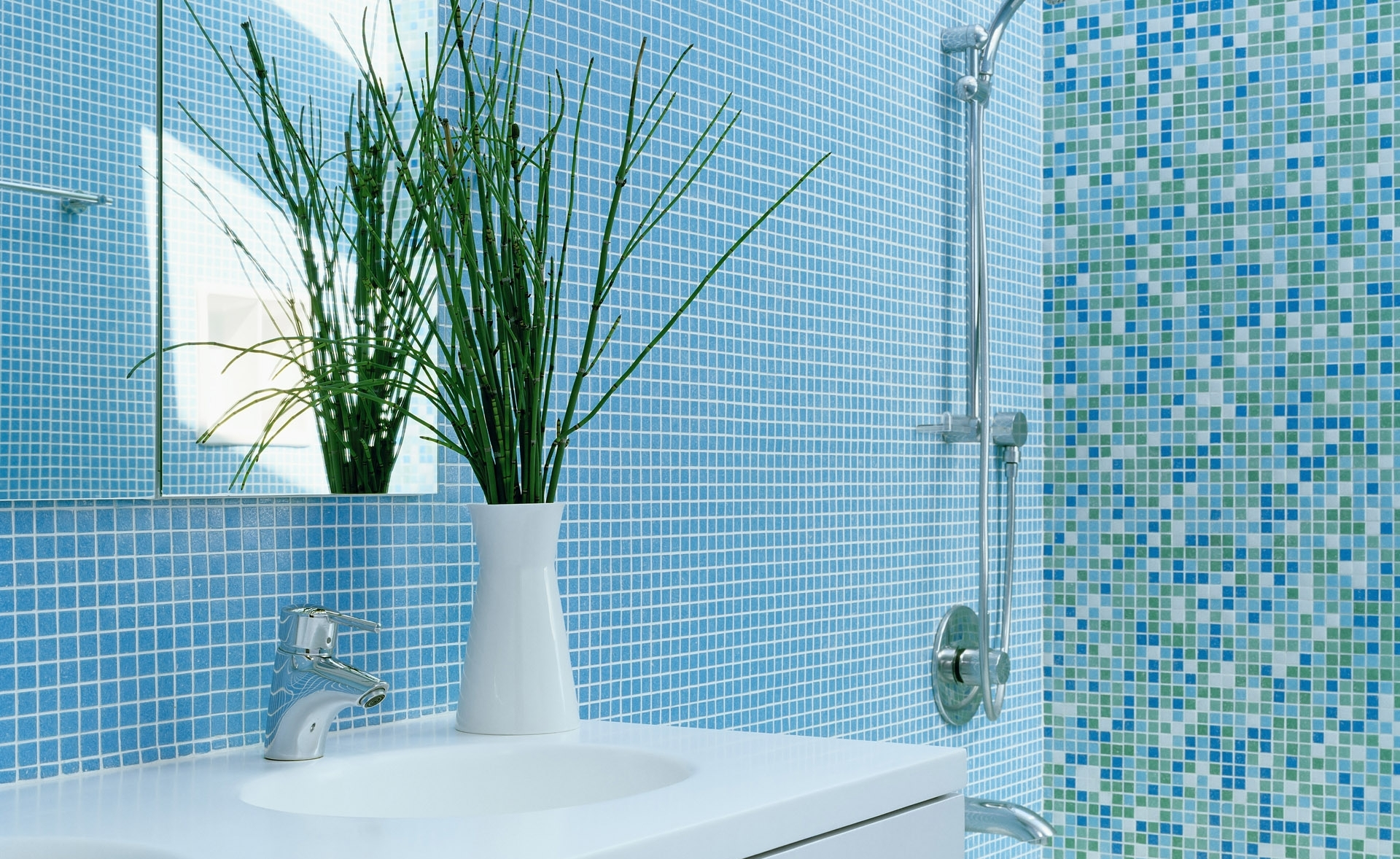 Голубая и разноцветная мозаика в ванной