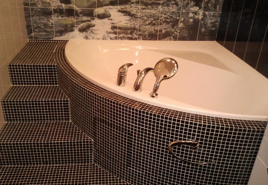 Черная мозаика на полу в ванной
