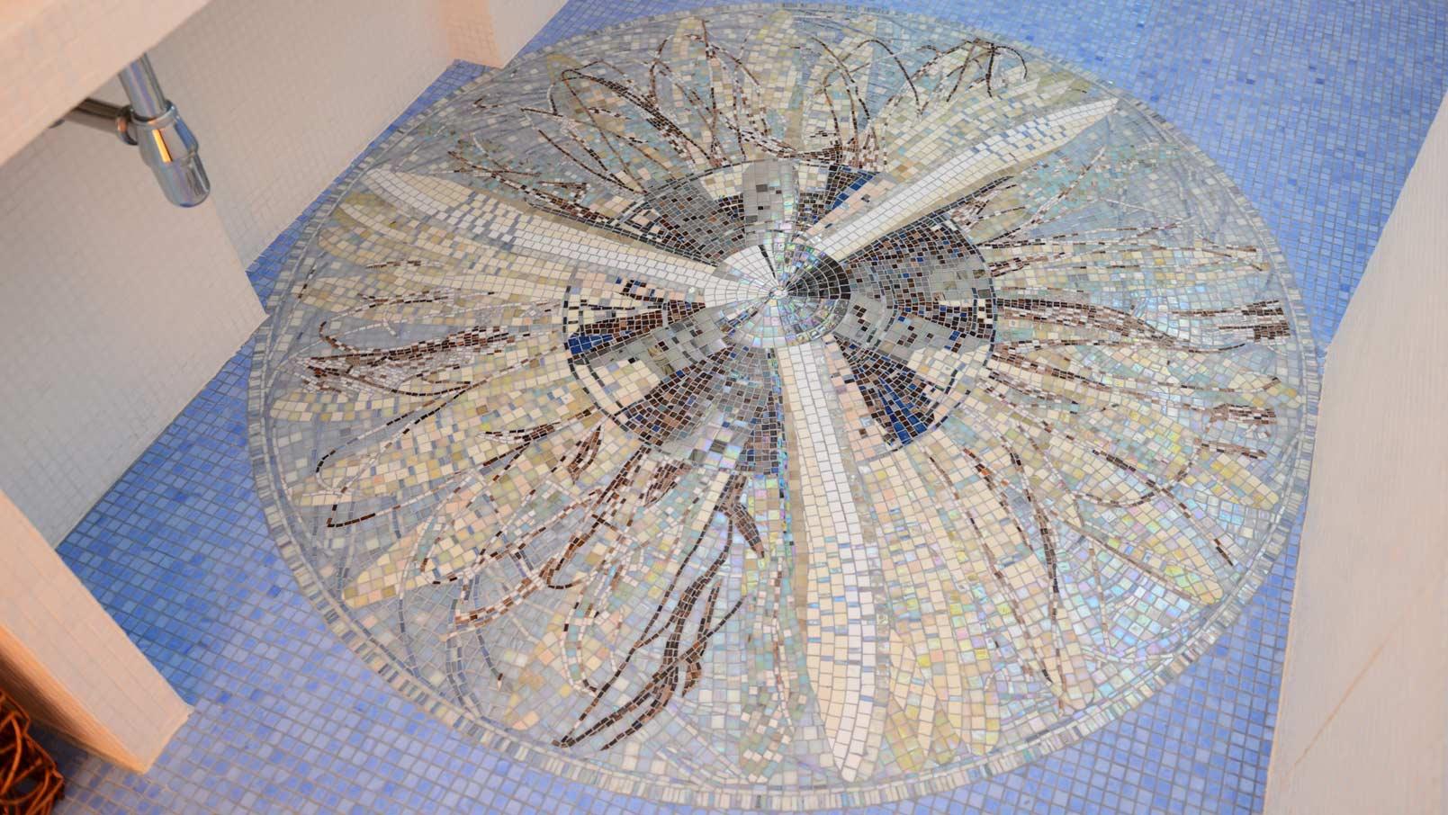 Красивый рисунок с помощью мозаики на полу в ванной