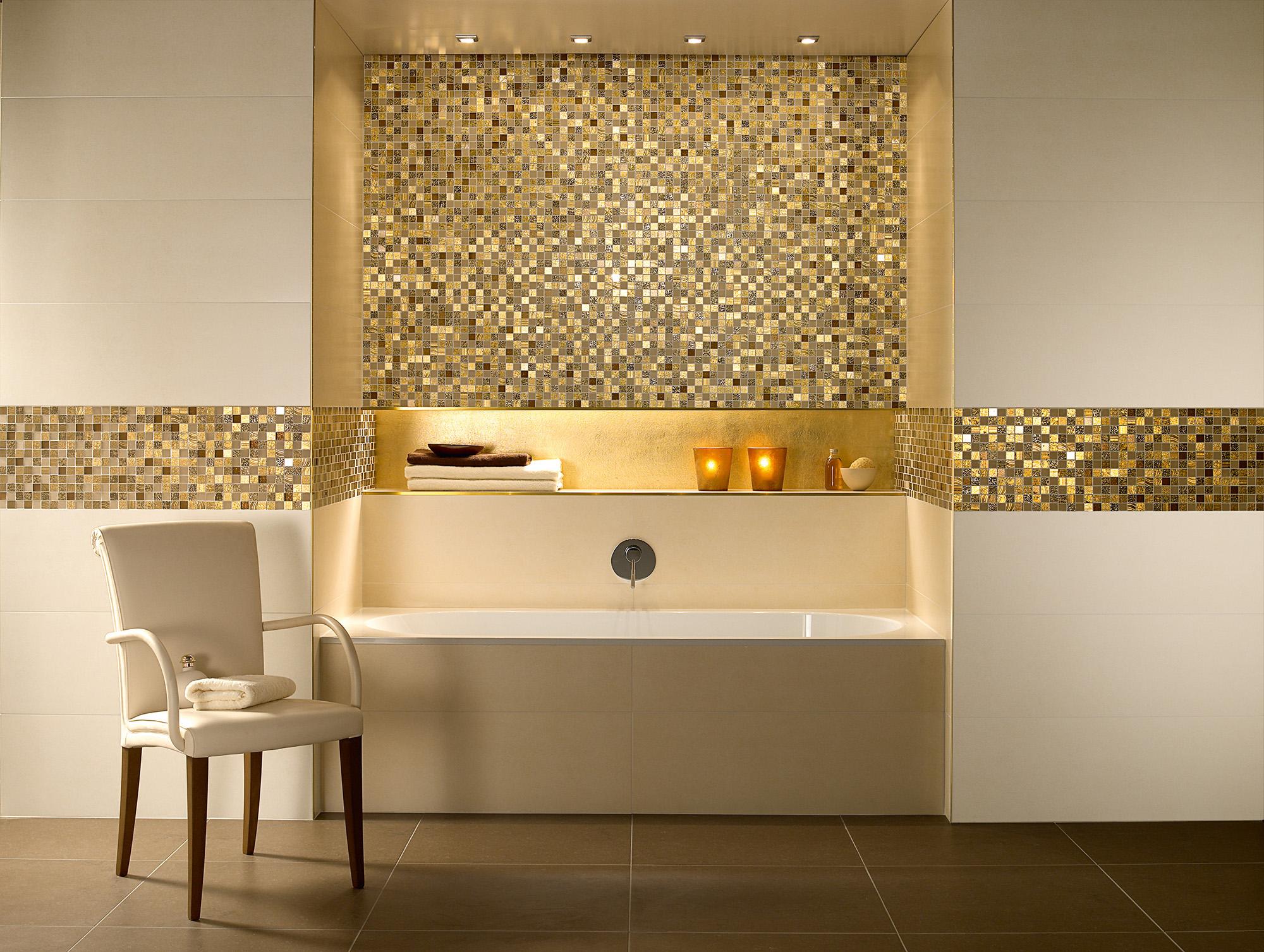Золотистая мозаика в ванной комнате