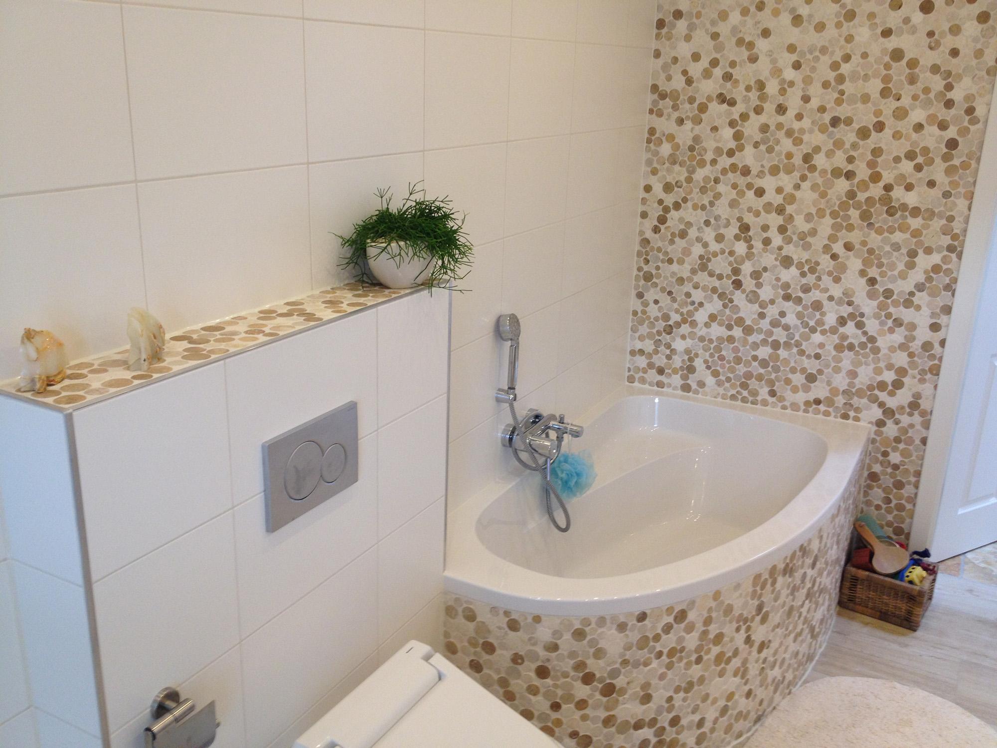 Круглая мозаика в ванной комнате
