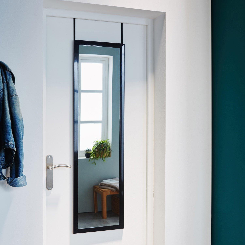 Зеркало на двери в прихожей