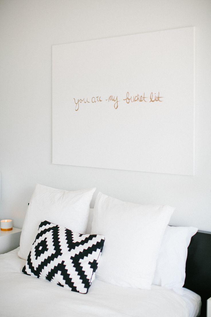 Картины над кроватью с надписями