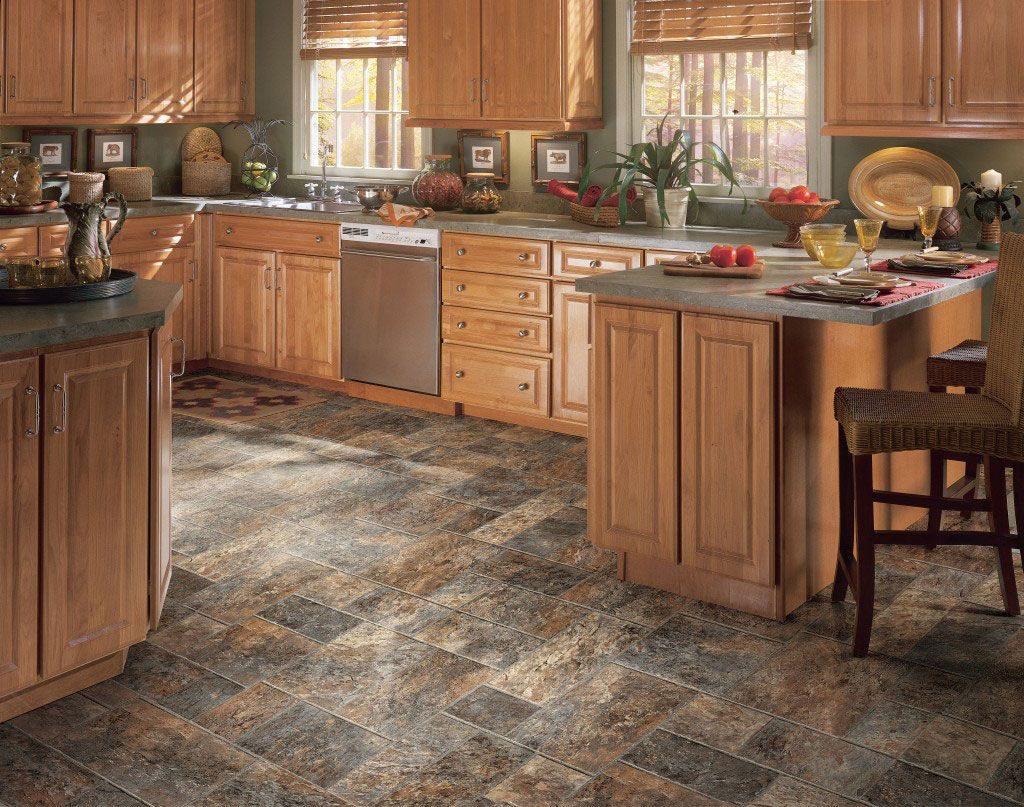 Натуральная каменная плитка на полу кухни