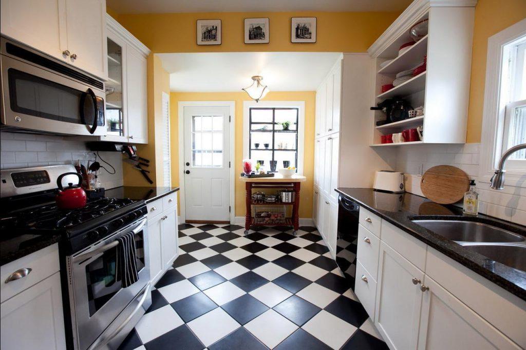 Комбинирование черной и белой напольной плитки на кухне