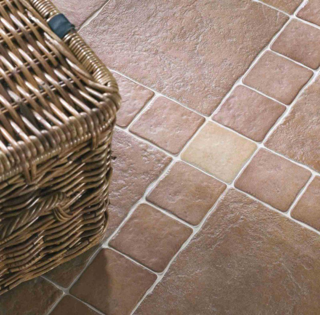 Фактурная коричневая плитка на кухню