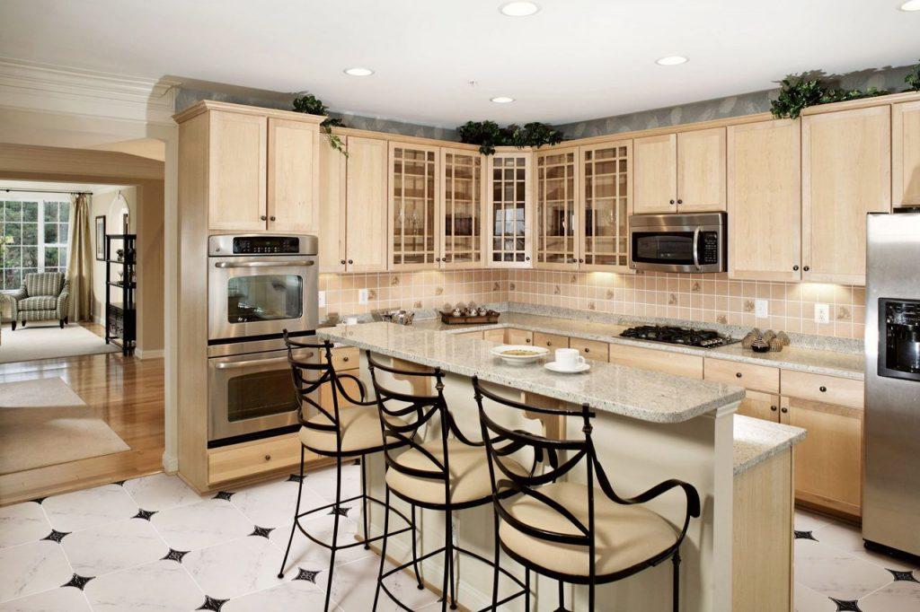 Черно-белая напольная плитка на кухне с барной стойкой