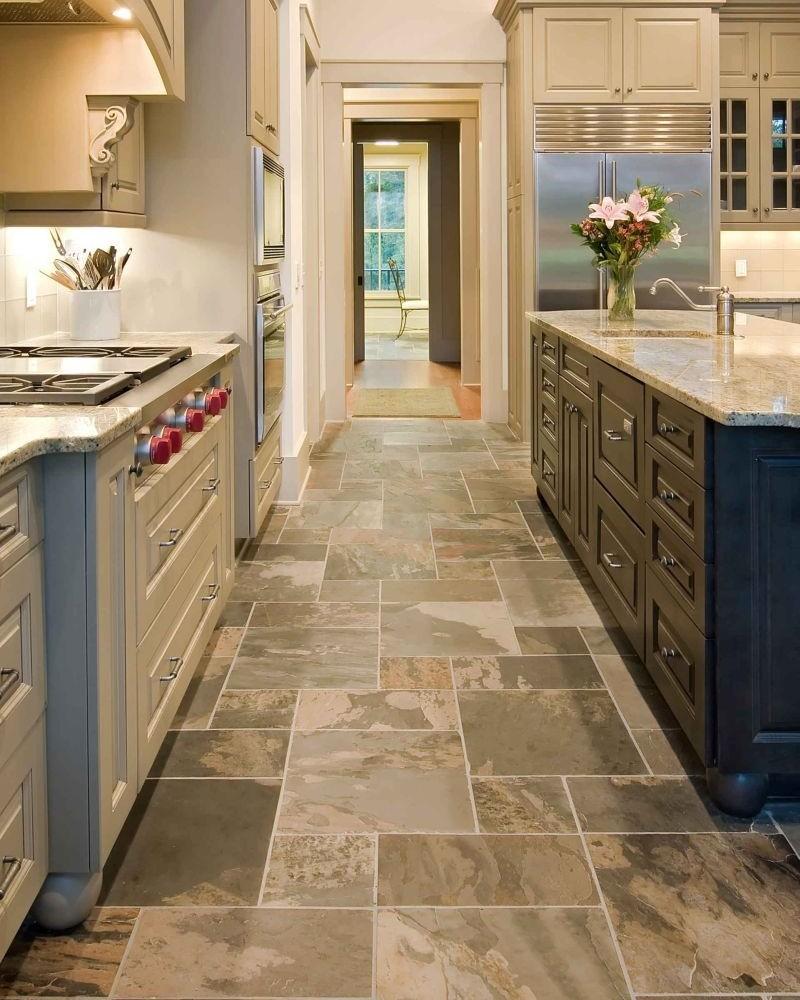 Напольная плитка с рисунком под натуральный камень на кухне