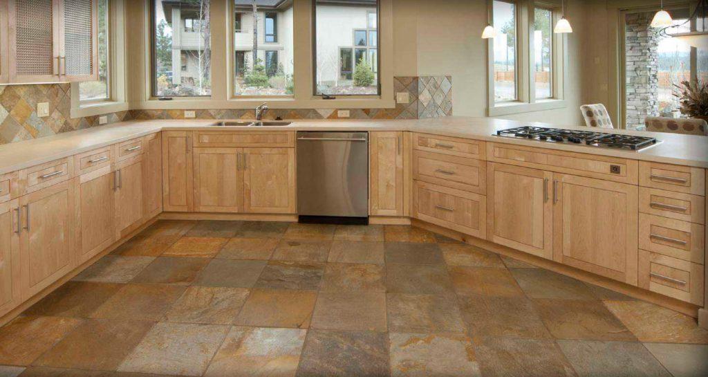 Квадратная плитка натуральных цветов на кухне
