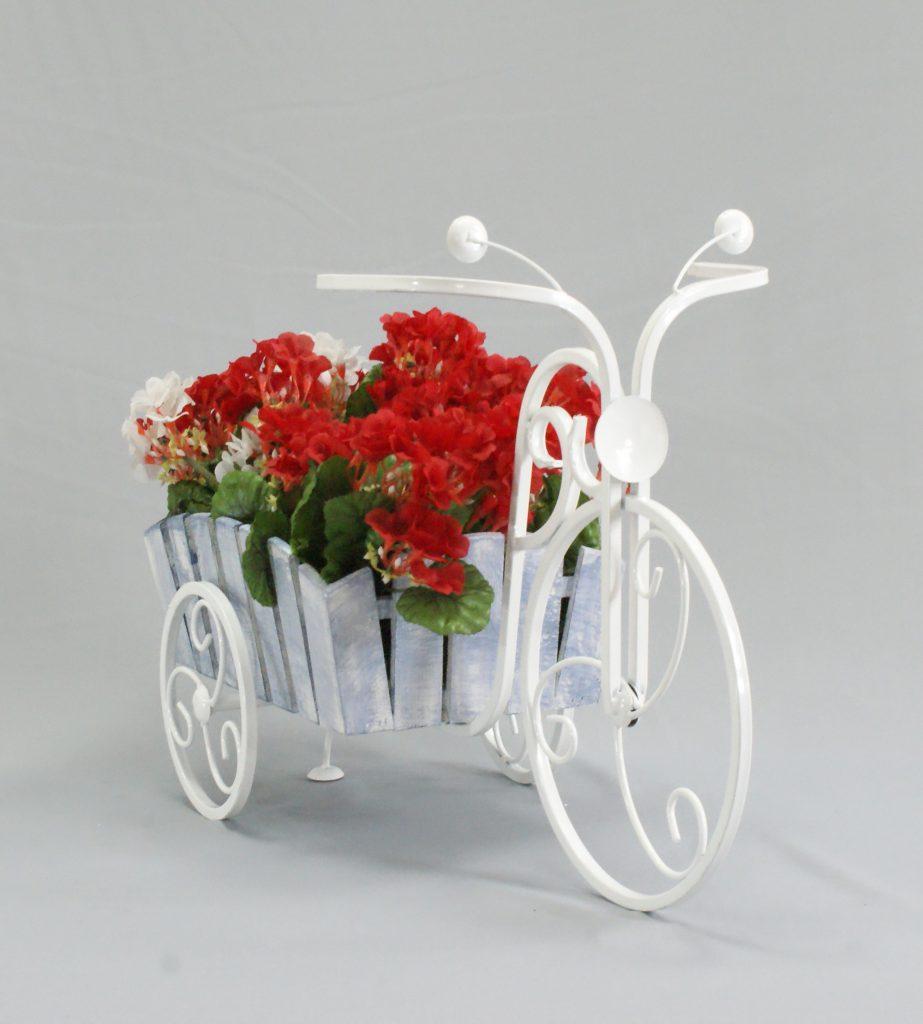Красивая белая подставка для цветов в форме велосипеда