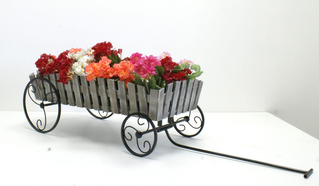 Красивая подставка для цветов в форме тележки