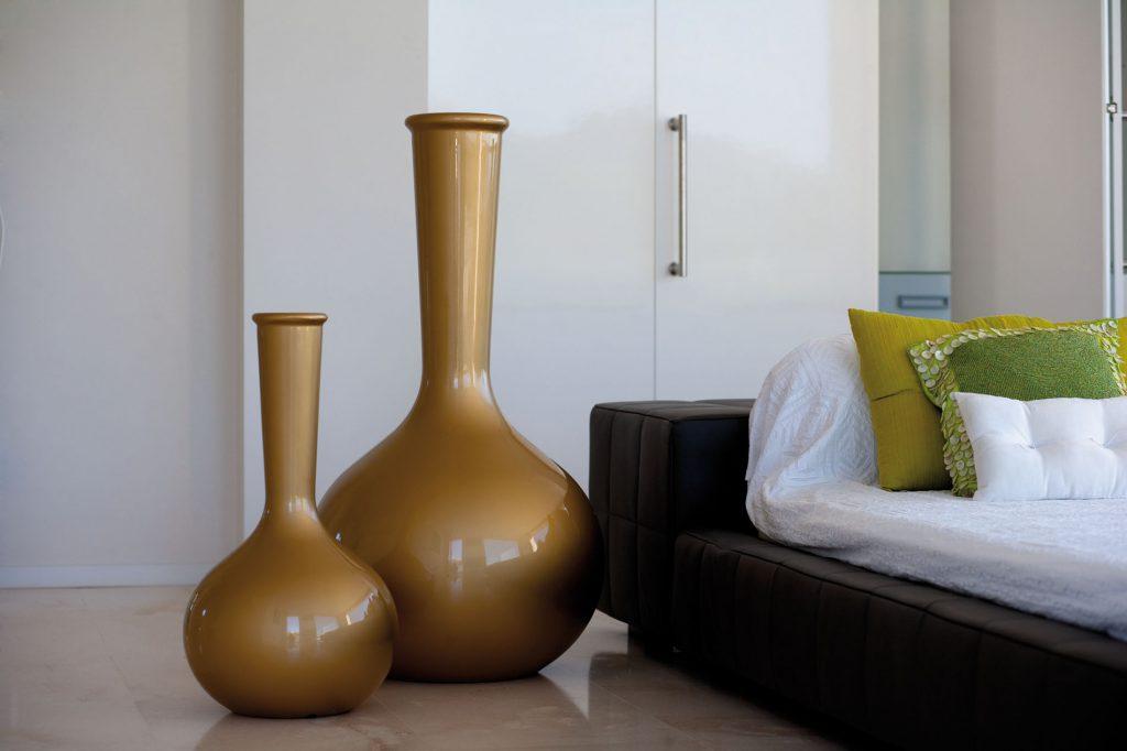 Большие коричневые напольные вазы в гостиной