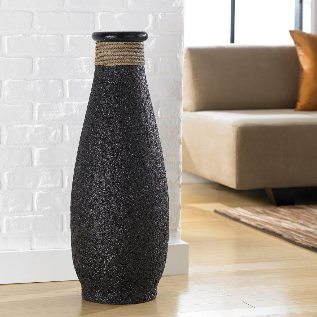 Красивая черная ваза, украшенная веревкой