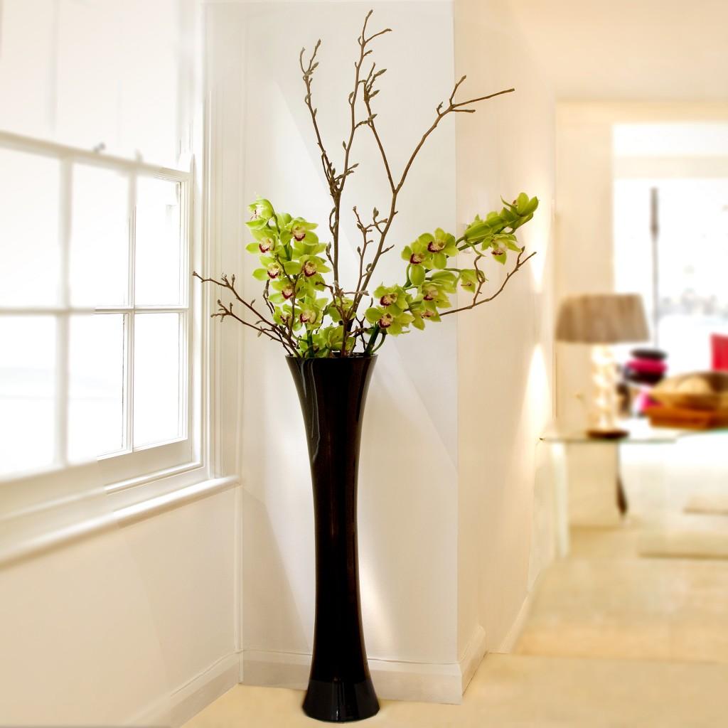 Изящная черная ваза в гостиной
