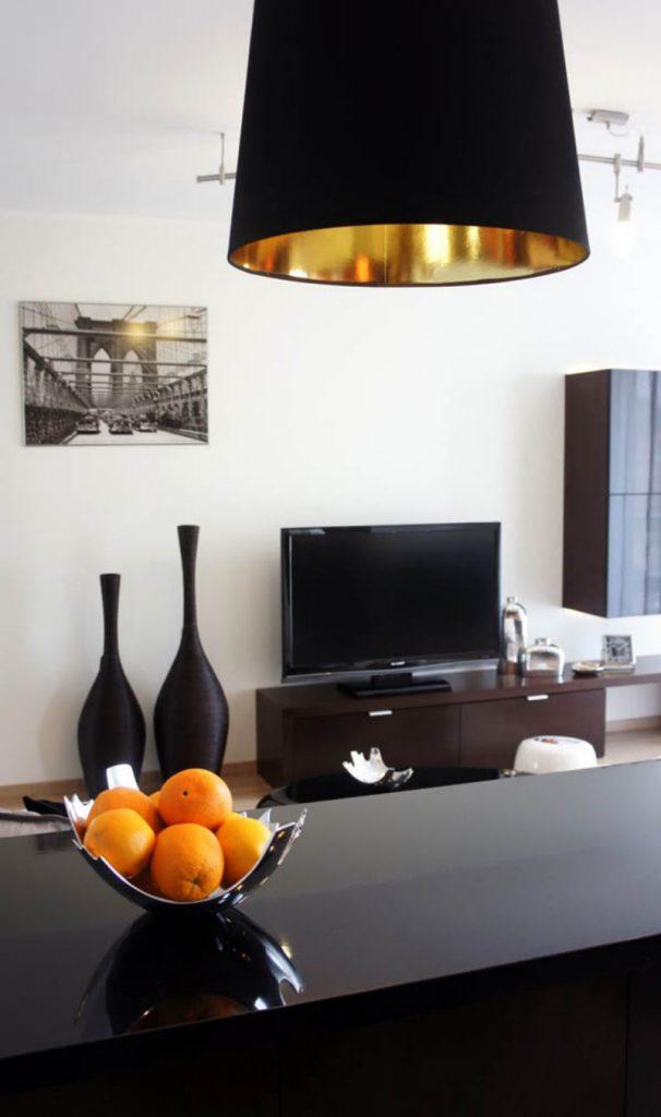Две черные вазы в гостиной