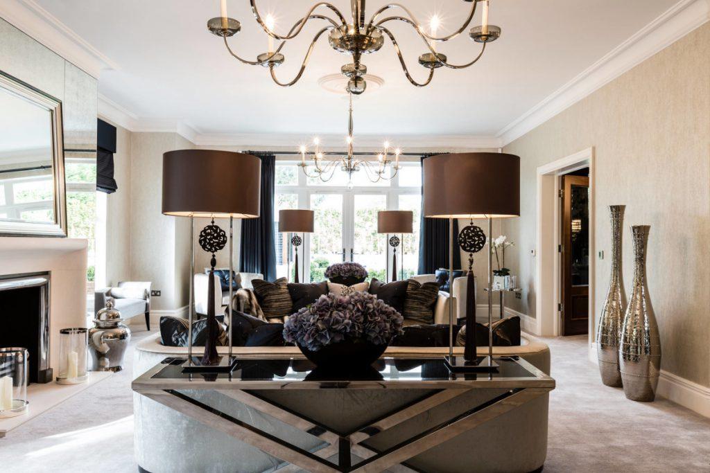 Серебристые напольные вазы в интерьере в стиле модерн