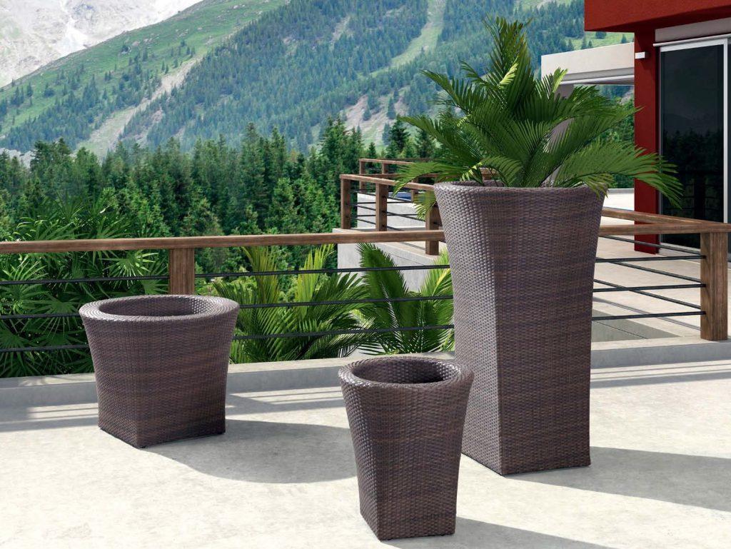 Большие плетеные вазы можно разместить на террасе