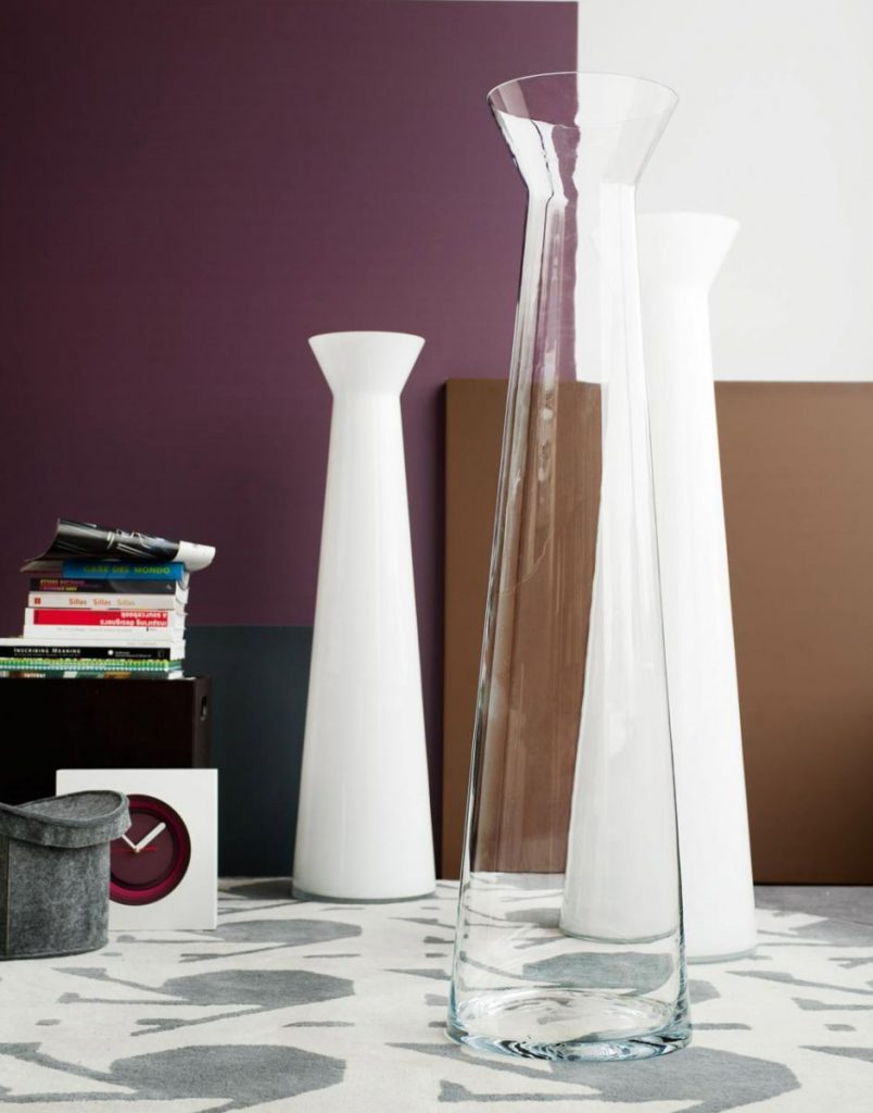 Стеклянная и белые напольные вазы в интерьере