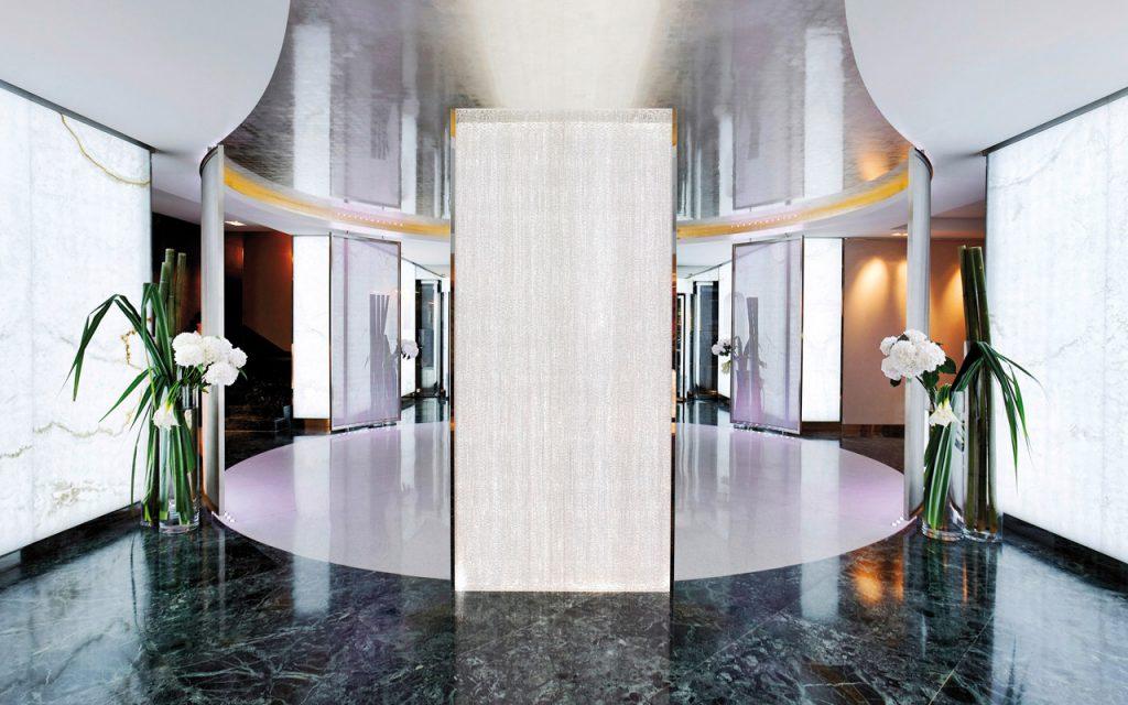 Большие стеклянные напольные вазы в холле