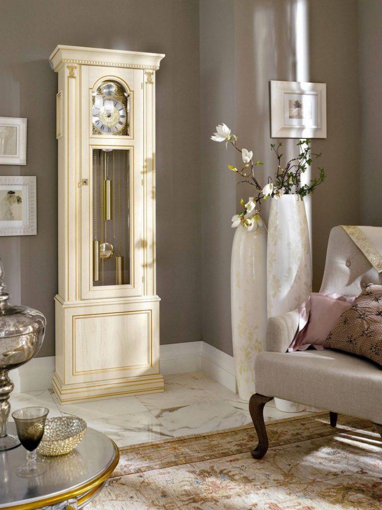 Белые напольные вазы с бежевым узором в гостиной