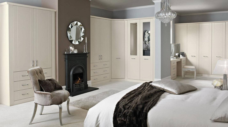 Угловой шкаф в интерьере спальни в стиле неоклассики