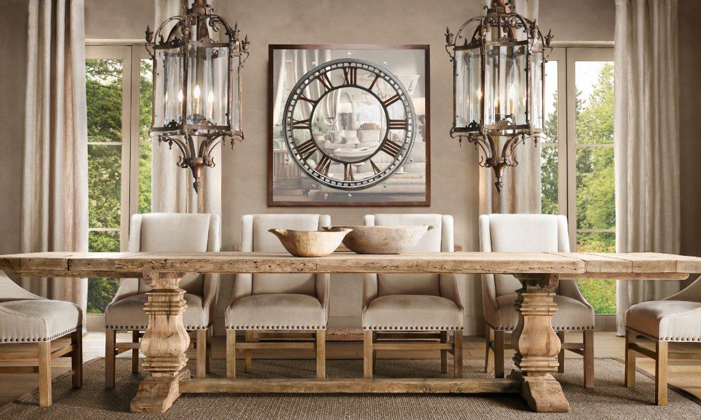 Массивный деревянный обеденный стол в столовой в готическом стиле