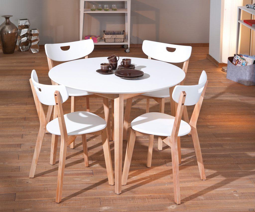 Кухонный стол и стулья из дерева и пластика