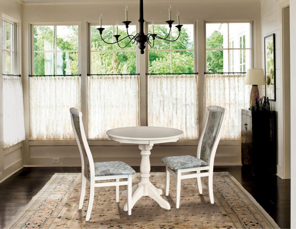 Круглый белый обеденный стол из дерева в деревенском интерьере