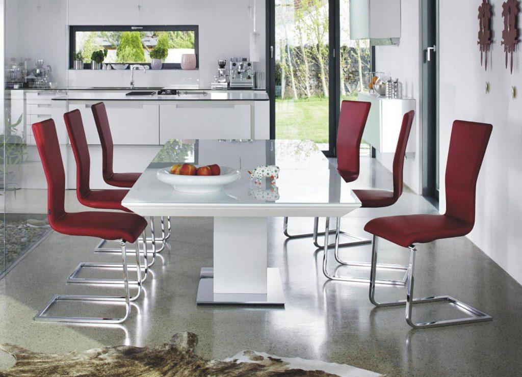 Красивый белый стол со стеклянной столешницей