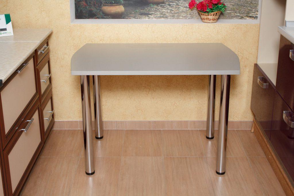 Серый обеденный стол с металлическими ножками