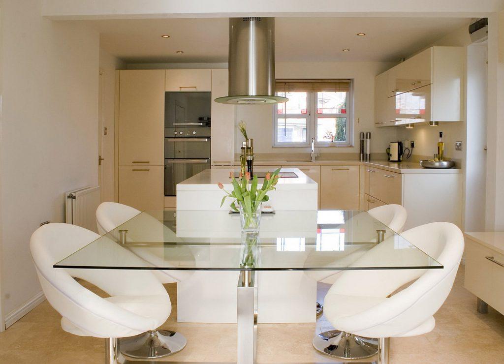 Изящный стеклянный стол для кухни