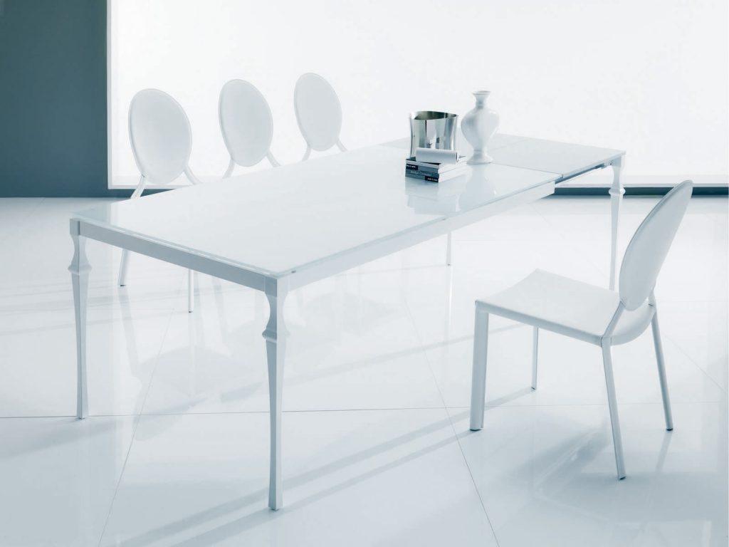 Белый стол в стиле модерн со стеклянной столешницей