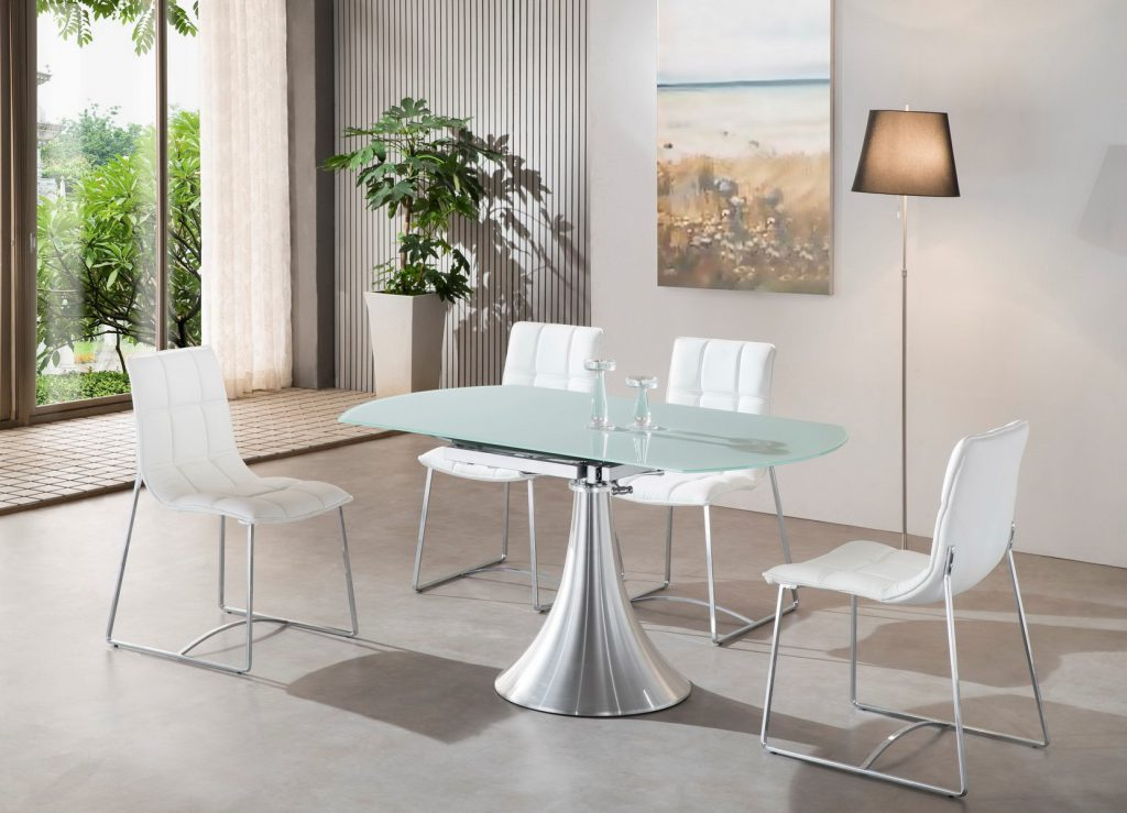 Минималистичный обеденный стол со стеклянной столешницей