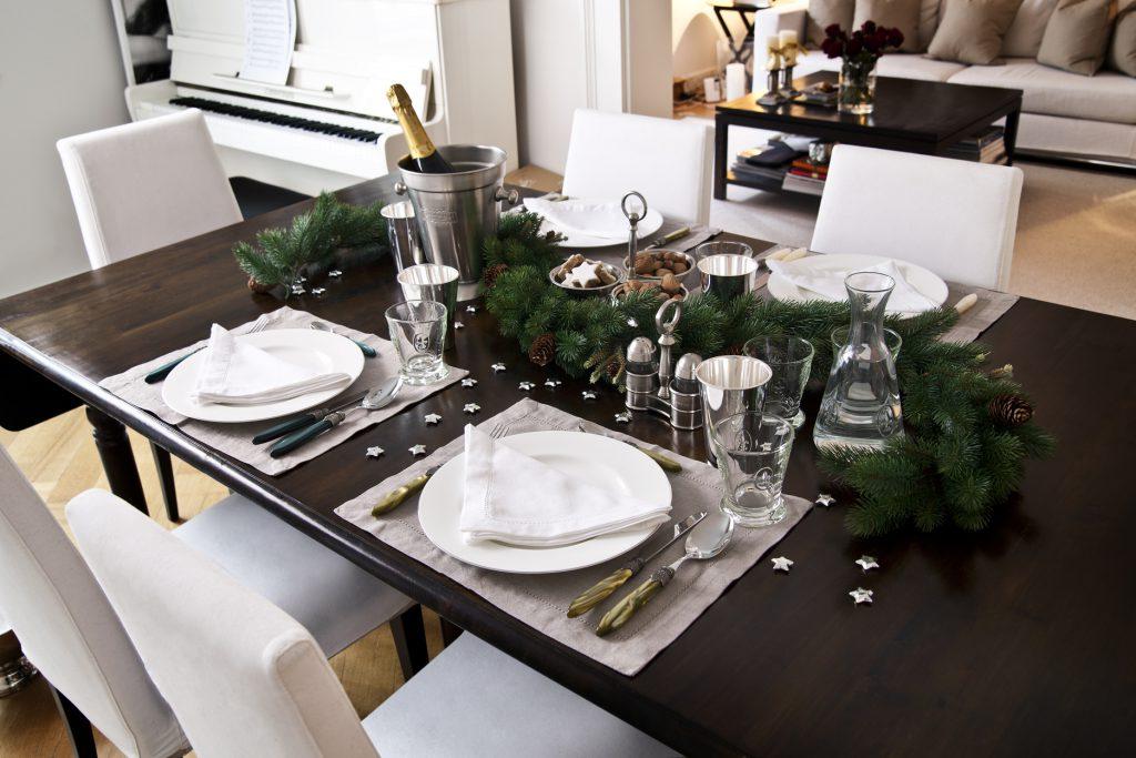 Деревянный праздничный обеденный стол