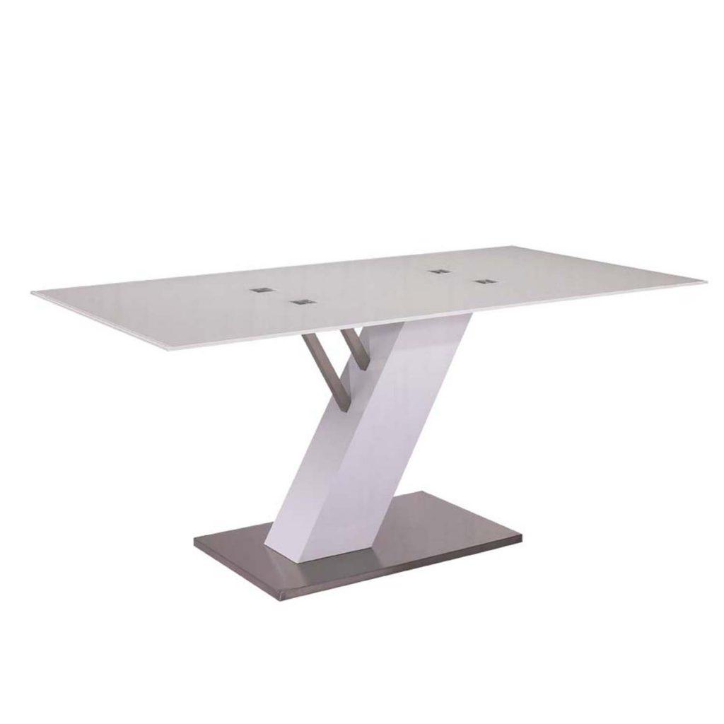 Такой металлический стол отлично впишется в хай-тек интерьер кухни