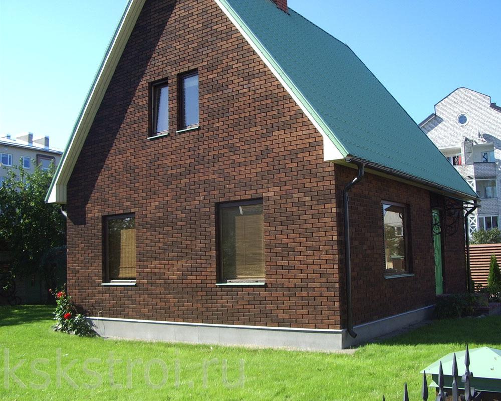 Коричневый кирпич разных оттенков в фасаде дома