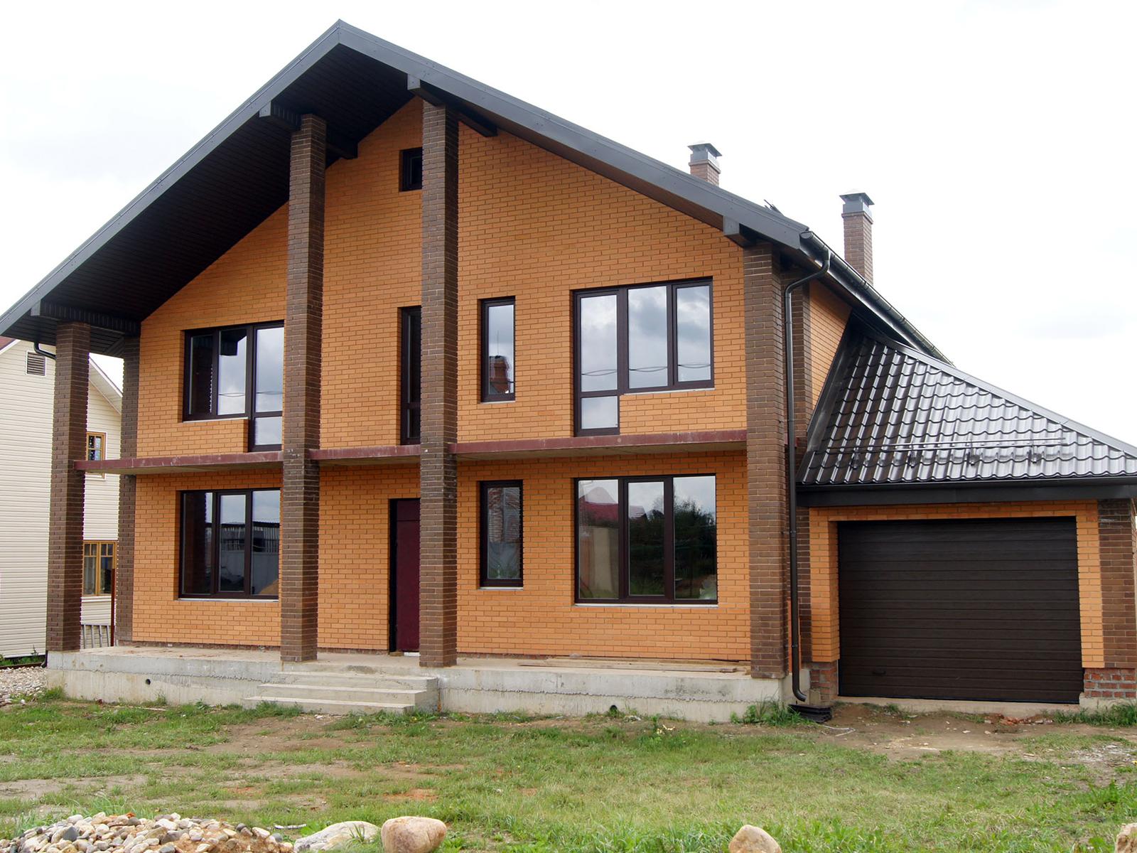Дом с облицовкой из желтого кирпича